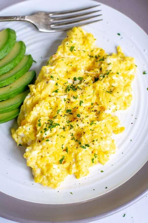 scrambled-eggs-on-plate